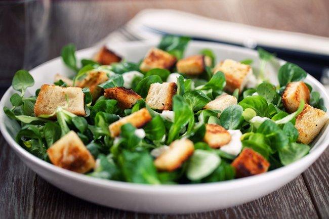 Nu toate tipurile de salată sunt la fel de sănătoase! Iată 7 tipuri de topping care trebuie evitate!