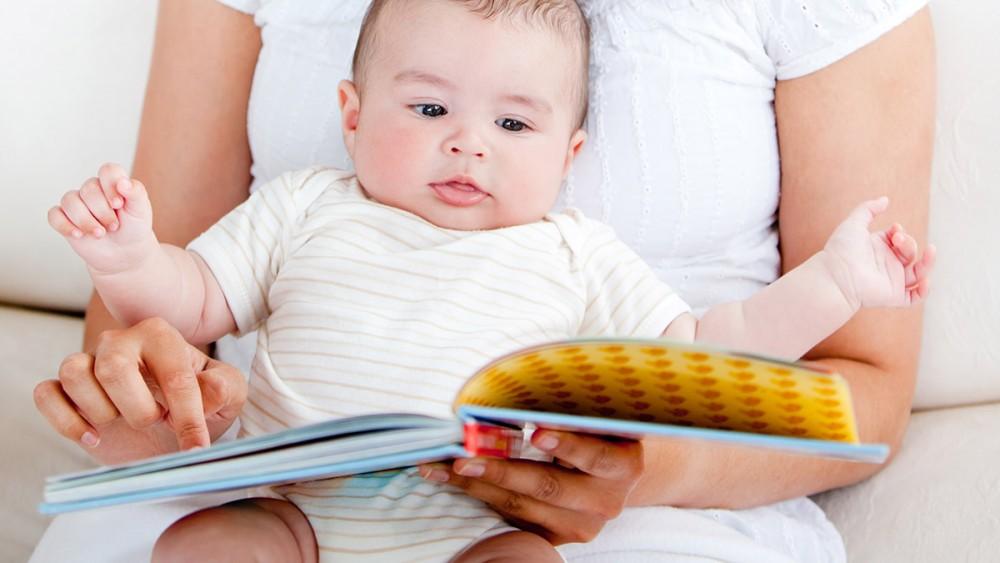De ce este bine să îi citim bebeluşului?